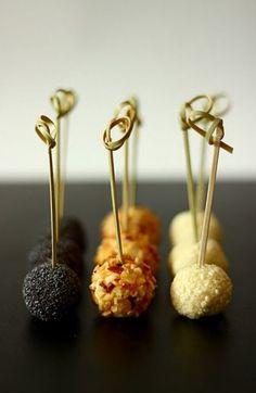 50g gorgonzola, 50g ricotta, 50gr Emmental grattugiato, 50gr Philadelphia, frutta secca, sesamo, semi papavero... (10g ciascuno)  oppure  250 g di ricotta 80 g di gorgonzola 2 cucchiai abbondanti di cacio cavallo 40 g di parmigiano reggiano 4 cucchiai di pangrattato (se serve anche di più) Paprika q.b. Basilico secco q.b. Semi di papavero q.b. Noci tritate q.b. Sale e pepe q.b.