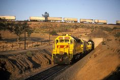 1986-06-22 ATSF 5302 Walong, CA - A Santa Fe SD45, with the ill fated Shouldn't Paint So Fast merger scheme, leads an intermodal train downhill at the Tehachapi Loop in the summer of 1986.