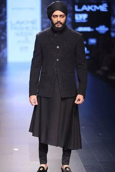 Roundup: Here Are the Bollywood Celebrities Who Enthralled Us on Ramp… India Fashion Men, Indian Men Fashion, Mens Fashion Suits, Fashion 2017, Wedding Kurta For Men, Wedding Dress Men, Wedding Tux, Wedding Sherwani, Gents Kurta Design