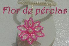 Chinelo com flor de pérolas e strass