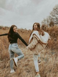 Meadow fall & winter wardrobe best friend photography, bff p Cute Friend Pictures, Best Friend Photos, Best Friend Goals, Cute Photos, Bff Pics, Teen Pictures, Cute Bestfriend Pictures, Friend Senior Pictures, Teen Pics