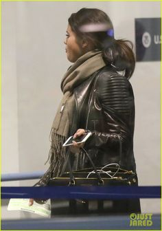 orlando bloom selena gomez walks steps apart from each other at the airport 03 Selena Gomez walks just steps ahead Orlando Bloom as they both depart from LAX Airport on Monday (October 20) in Los Angeles.    The 22-year-old entertainer looked…