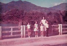 Família posa para foto na ponte Doutor Abdon Batista em dezembro de 1964      (Adalgisa Schadeck/Antigamente em Jaraguá do Sul/Divulgação)