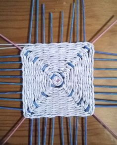 Base cuadrada trenzada | papeldecesta Art Plastique, Basket Weaving, Quilling, Rattan, Fun Crafts, Pot Holders, Macrame, Origami, Baskets