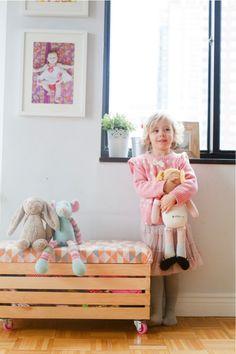 Como inserir caixotes e paletes na decoração - Banco baú para guardar brinquedos.
