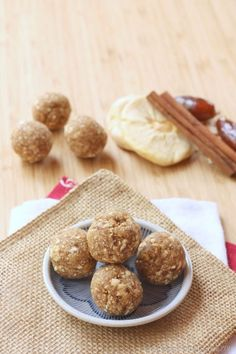 Gluten-Free Energy Bites Recipes for Runners Cinnamon Caramel Apple Energy Balls - a healthy four ingredient lunchbox or after school snack for kids! School Snacks For Kids, Healthy Snacks For Kids, Healthy Treats, Healthy Baking, Snacks Kids, Peanut Free Snacks For School, Fall Snacks, School Lunch, Healthy Food