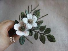 독립입체자수로 수놓은 꽃과 잎 꽃잎 한장한장... 올올이 수놓고 연한 분홍으로 꽃잎에 여운도 끌어 수놓고...
