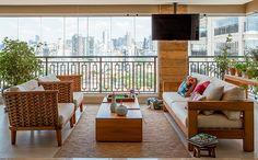 Sala de estar | Sofá, poltronas e mesas de centro, da Franccino Giardini. Almofadas da Atelier Fernando Jaeger. Vasos da Dali Casa. Tapete d...