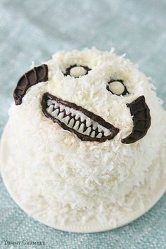 If you love Star Wars, then this cake's for you! This Star Wars Wampa Cake is a red velvet cake w/ cream cheese frosting, topped w/ sweetened coconut, & it's irresistible. Star Wars Food, Star Wars Cake, Star Wars Party, Edible Crafts, Food Crafts, Diy Crafts, Velvet Cake, Red Velvet, Star Wars Birthday