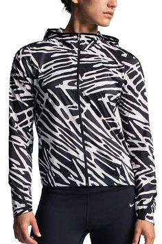 Travel-ready and easy to pack, the NikeWomen Palm Impossibly Light Running Jacket folds up small so you can beat the elements anywhere.