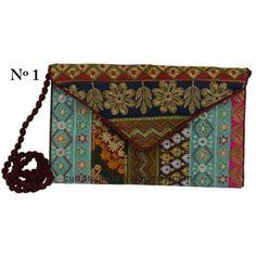 Coloridas carteras de mano, hechas de forma artesanal con retales de tela de sari, lo que hace que cada pieza sea modelo único.