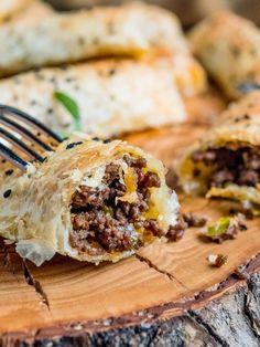 Børek med krydret kjøttdeig og pistasjnøtter - oppskrift / Et kjøkken i Istanbul