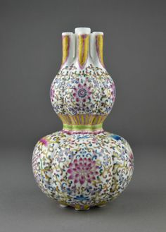 Chinese Famille Rose Double Gourd Vase Qianlong with three vertical incense holders. Lobular form with tight waist and five footed base with six character Qianlong mark in roundels. H: 23 cm, D: 11 cm