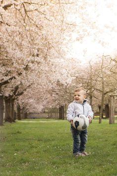 Kirschblüte Schwetzinger Familienportraits #schwetzingerschlosspark #schwetzingerschloss #schwetzingen #schloss #park #junge #fußball #kirschblüte #familienfotos #familienfoto #familienfotograf #kirschen #blühen #blüht #blüten #soccer #boy #germany #deutschland #germantown #cherryblossom #blossom #cherry #cherryblossomschwetzingen #cherryblossomgermany #april #kinmara #photographer #kinmarafotografie #fotograf