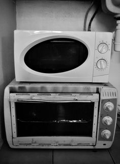 Dirty micro-wave needs cleaning - © Happinews Therapy Toaster, Wave, Therapy, Kitchen Appliances, Cleaning, Photography, Diy Kitchen Appliances, Home Appliances, Domestic Appliances