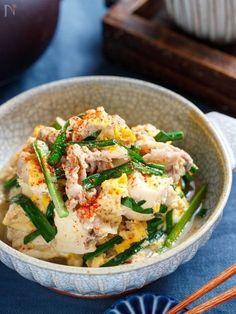 いつもの肉豆腐に、ニラと卵を加えてニラ玉肉豆腐に♪これが、めちゃめちゃ簡単なくせに、超絶うまい!!しかも、コンロ不要!包丁不要!洗い物不要! 豆腐を水切りしないことで、水や調味料も減らすことができるんでかなり経済的!!豚バラの旨味と卵の甘みが絡んだとろとろ豆腐が最高に美味しいっ!! また、一旦冷ますことで味がよく染みるんで、旦那さんだけ帰りが遅い...なんて時にも最適です♪