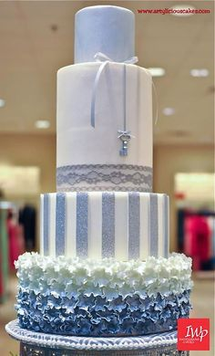 Tall layers I'd love this in purple, silver, gray Winter Wonderland Wedding Cake ~ all edible Beautiful Wedding Cakes, Gorgeous Cakes, Pretty Cakes, Double Barrel Cake, Round Wedding Cakes, Blue Cakes, Dream Cake, Just Cakes, Wedding Cake Designs