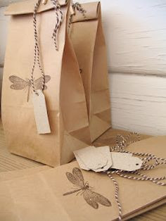 31 ideas craft paper bag stamps for 2019 Paper Packaging, Bag Packaging, Pretty Packaging, Packaging Ideas, Creative Gift Wrapping, Present Wrapping, Creative Gifts, Wrapping Ideas, Kraft Bag