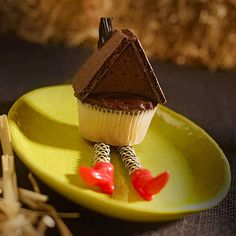 We can't wait to try @FamilyFun magazine 's clever wicked witch cupcakes, made with a graham cracker roof and licorice legs. They'll blow kids over!