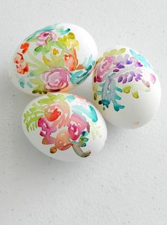 It& almost Easter and I& got my Easter eggs painted! I& been wanting to try out my watercolors on blown eggs for forever. Turns out eggs shells hold watercolor paint similarly to coldpress wate Easter Projects, Easter Crafts, Holiday Crafts, Easter Ideas, Spring Crafts, Halloween Crafts, Ostern Party, Diy Ostern, Diy Osterschmuck