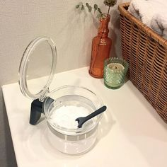 1. 重曹うがいのやり方 plaza.rakuten.co.jp重曹が虫歯に効くワケ ティースプーン1杯の重曹(3g)を、水が入ったペットボトル(500ml)に入れて振って溶かすだけ。これを歯磨き後や飲食後にグチュグチュペッしましょう。虫歯の進行が止まらない場合は回数を増やしてください。この重曹水は冷蔵庫で1週間ほど保存可能なようです。 2. 重曹歯磨きのやり方 news.livedoor.com身近なものでできる歯のホワイトニング 濡らした歯ブラシの先を重曹にちょんとつけて磨くだけなんだけど、これだと磨きづらいからハッカ油とグリセリンを混ぜてペースト状にするとやりやすくてオススメ。研磨作用が強いので、最大でも週に3回までにしてください。 3. 重曹ホワイトニングのやり方 www.health.comHow to Whiten Your Teeth Naturally - Dental Care - Health.com…