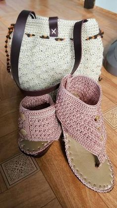 The goal: removable cover to dress up vionics.Super cutebut not soo sure 🤷🏻‍♀️ Crochet Sandals, Crochet Boots, Crochet Purses, Crochet Slippers, Cute Crochet, Crochet Crafts, Crochet Clothes, Knit Crochet, Crochet Designs