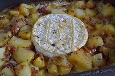CAMEMBERT AU FOUR (Pour 4 : 1 kg de pommes de terre, 2 oignons, 100 g d'allumettes de lardons fumés, 15 cl de crème, 1 camembert, thym, sel, poivre)
