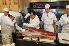 De eigenaar van een Japanse keten van sushirestaurants heeft zaterdag 155 miljoen yen (1,3 miljoen euro) neergeteld voor een blauwvintonijn van 222 kilo. Het recordbedrag kwam op tafel tijdens de eerste veiling van dit jaar op de vismarkt van Tokio.