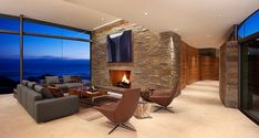 decoraçao-sala-de-estar-com-parede-de-vidro-e-lareira-casa-sobre-encosta-na-california-por-fulcrum