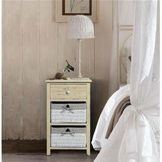 Cassettiera con cassetti in legno chiaro shabby e #cestini in #vimini foderati. I mobili della linea REBECCA COUNTRY sono adatti ad ogni ambiente della vostra casa.  #country #shabby #chic #furniture #home #house #design #interior #interiors #restyling #style #makeover #vintage #retro #white #wood #beige #grey #tutorial #idea #ideas #diy #black #friday #blackfriday #cyber #monday #cybermonday #sale #sales #sconti #mobili #arredamento #mobiletto #mobiletti #living #room