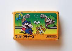 9 de septiembre de 1983. El personaje emblema de Nintendo desembarcó ya con su verdadero nombre, en un cartucho para Famicom luego del éxito que el bigotudo había tenido gracias a su aparición anterior (bajo el nombre de Jumpman) en el arcade Donkey Kong. Diseñado por el conocidísimo por todos, Shigeru Miyamoto y desarrollado por la Nintendo Research & Development 1. Mario Bros. es el titulo que realmente inicia las andadurias de los hermanos Mario en las consolas hogareñas.
