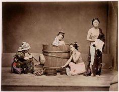 Scène de la vie japonaise, japonaises prenant leur bain, une domestique souffle pour activer le feu