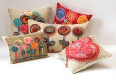almohadones con flores de fieltro