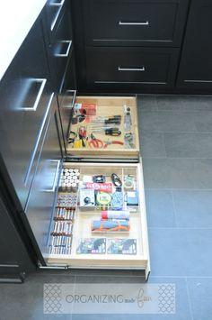 Kitchen Drawer Organization, Kitchen Storage Solutions, Home Organization Hacks, Organizing Crafts, Kitchen Pantry Design, New Kitchen, Kitchen Decor, Black Kitchen Cabinets, Kitchen Drawers