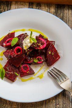 Этот салат из запеченной свеклы наглядно показывает, что, позволив свекле солировать в салате, вы приготовите новое блюдо, очень вкусное, полезное и красивое. 2-3 средних свеклы, 1/2 красной луковицы, несколько веточек эстрагона, базилика и лука-резанца, 1 ст.л. растительного масла. для заправки: 2 ст.л. оливкового масла, 1 ст.л. винного уксуса, 2 ст.л. апельсинового сока, соль, черный перец