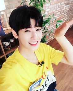 "[HEYOTV TWITTER UPDATE] The most beautiful in the world #Eunwoo ASTRO #Heyotv #ParkSohyun'sIdoltv ""trans by with-astro """