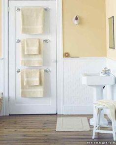 1 Organizando el espacio en el mueble del cuarto de baño      2 Un mueble añadido que ocupa poco espacio        3 Un espacio para secadores y otros bártulos para el pelo        4 Cajones deslizantes        5 Repisas en paredes que estaban