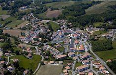 Centre village, Terrain à bâtir en pente de 520 m2 avec tout à l'égout, electricité et eau à l'entrée du terrain.
