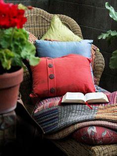 Charakter interiéru podnecuje naše zmysly, či už zrak, sluch, čuch alebo hmat. Garden Nook, Indie Books, Christian Resources, Mystery Books, Book Gifts, Baby Car Seats, Bali, How To Memorize Things, Pillows