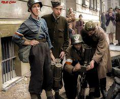 Powstańcy Warszawscy, oddział Rafałków, przy obsłudze brytyjskiego granatnika przeciwpancernego PIAT.