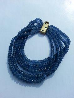 Blue sapphire beads bracelet with 18K gold clasp.  Pulsera de cuentas de zafiros azules con cierre de oro  de 18K  y zafiros.