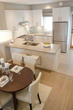 deco cuisine americaine en beige, sol en parquet clair, table ovale en bois foncé