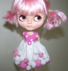 Un divertido vestido para tu muñeca. Top características forrado en tela blanca. La falda se hace con una tela blanca con tul blanco y POM-POMS oropel