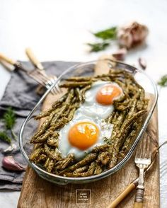 Fasolka szparagowa zapiekana w maśle, czosnku i koperku. Fasolka jako dodatek do obiadu albo pełne danie obiadowe. Szybki obiad z fasolki szparagowej.