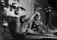 Kriegspielzeug unterm Weihnachtsbaum timeline classics/Timeline Images #30er #Brauchtum #D-Igan #Erziehung #Weihnachten #Freude #Geschenk #bescherung #Freude #Kinderspielzeug #Kriegsspielzeug #Tradition #Weihnachten #historisch #schwarzweiß Timeline Images, Cabaret, Concert, Christmas, Second Child, Historical Pictures, Black White Photos, Photo Kids, Vintage Photos