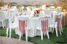 E você acha que aquela cadeira de plástico branca não pode ser estilosa no seu casamento! Veja essa ideia: