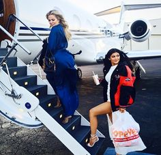 Depois do sucesso do jogo de Kim Kardashian (no ano passado o aplicativo rendeu US$ 85 milhões no bolso da socialite, tá?), agora cada uma das irmãs da família Kardashian-Jenner tem um aplicativo pra chamar de seu – com exceção de Kourtney! A plataforma conta com tutoriais de maquiagem, moda e até playlists do clã!