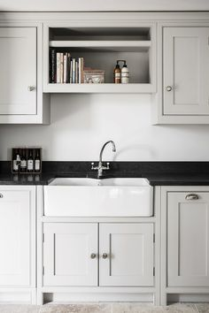 A belfast sink in a country cottage kitchen Kitchen Interior, New Kitchen, Kitchen Design, Belfast Sink, Handmade Kitchens, Aga, Interior Inspiration, Kitchen Cabinets, Cottage