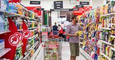 Eine Supermarkt-Kassiererin packt aus