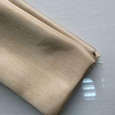 Thông số kỹ thuật Vải chịu nhiệt  HT 800  Kích thước: 1.0m x 50m x 1.0mm  (rộng x dài x dày) Trọng lượng: 43Kg Nhiệt độ làm việc: > 500o  C Kiểu dệt: Satin Màu sắc: Vàng sáng